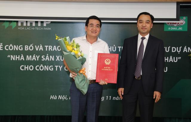 Ban Quản lý khu CNC Hòa Lạc trao Chứng nhận đầu tư cho Công ty Á Châu.