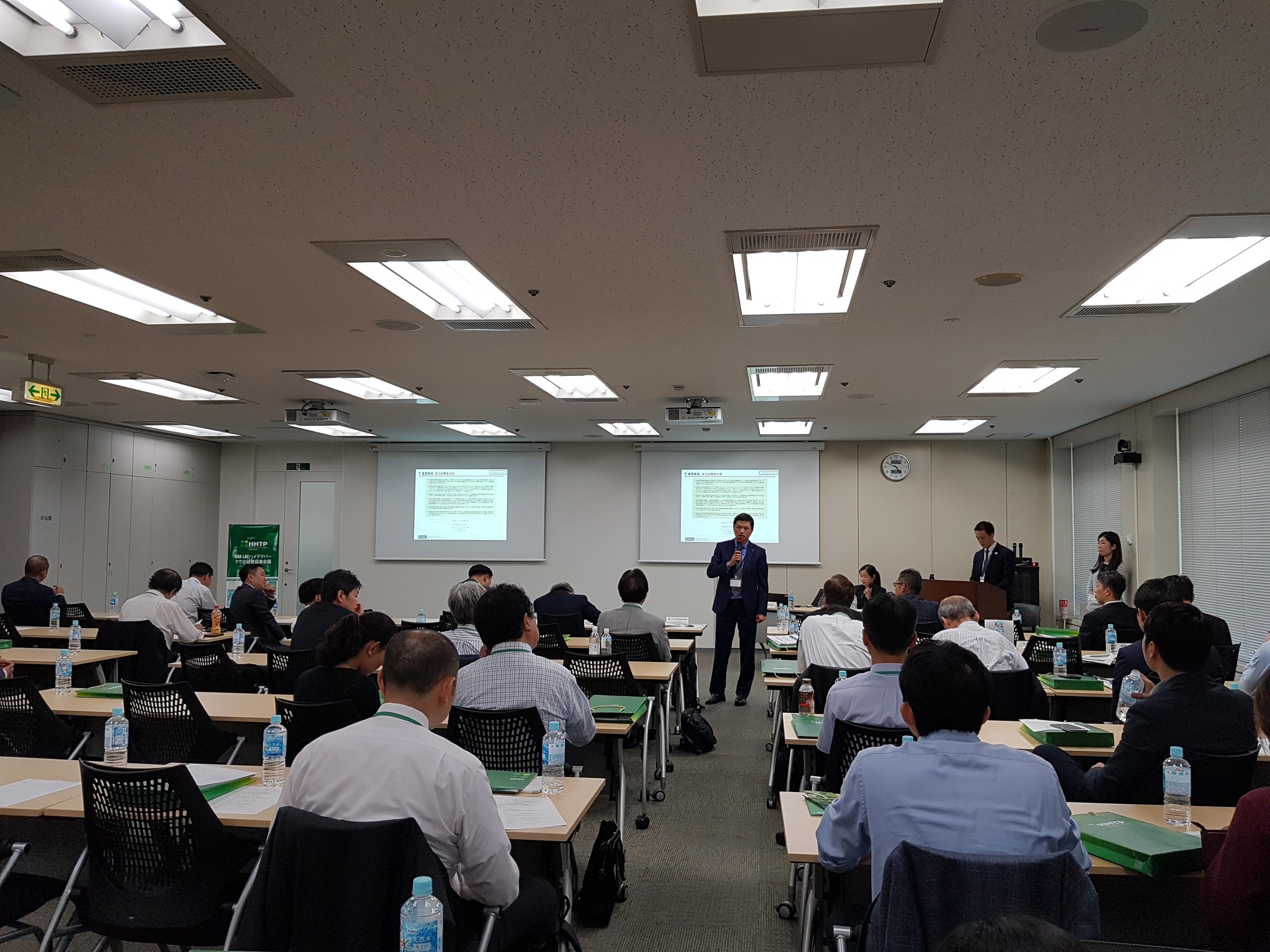 Ông Lưu Hoàng Long, Quyền Trưởng ban Quản lý Khu CNC Hòa Lạc trả lời các câu hỏi của doanh nghiệp Nhật Bản