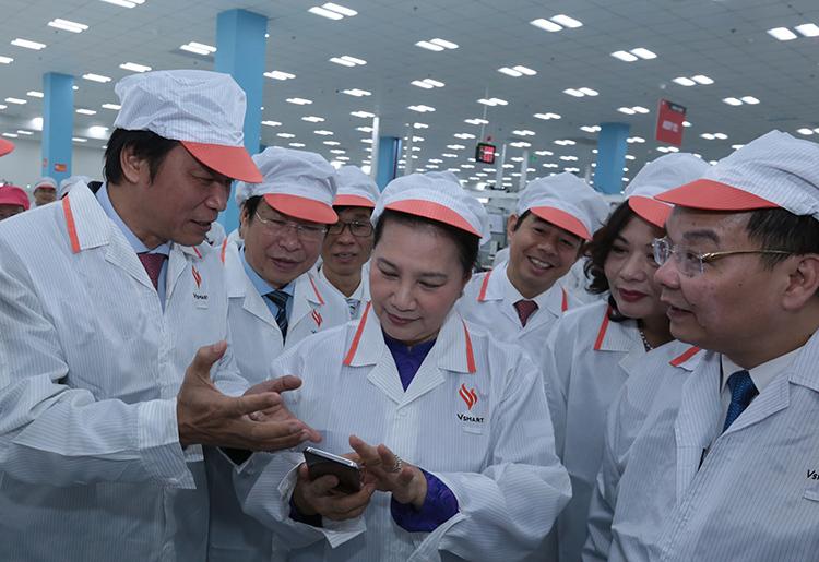 Chủ tịch Quốc hội Nguyễn Thị Kim Ngân cùng lãnh đạo các bộ ngành thăm tổ hợp nhà máy sản xuất thiết bị điện tử thông minh của Vingroup