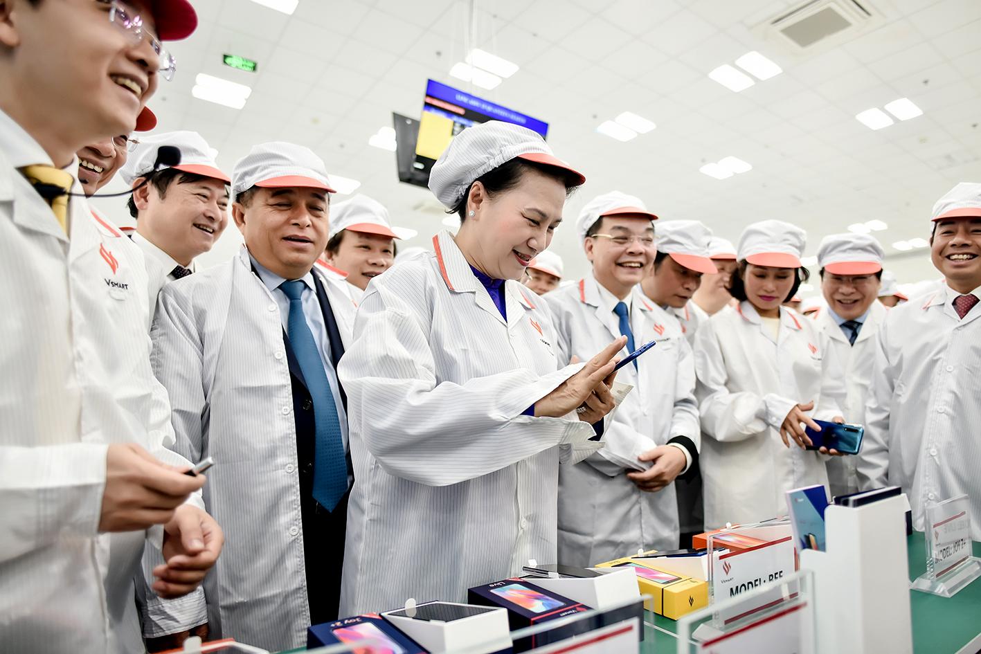 Các đại biểu đi thăm dây chuyền sản xuất và các sản phẩm của Nhà máy sản xuất thiết bị điện tử thông minh VinSmart